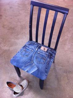 dining chair upholstered with denim Denim Decor, Denim Art, Jean Crafts, Denim Crafts, Patchwork Jeans, Denim Quilts, Denim Furniture, Jeans Recycling, Blue Jean Quilts