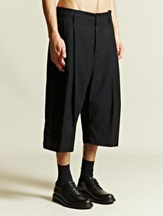 Rem Visions of the Future // Ann Demeulemeester Men's Front Pleat Shorts Boy Fashion, Fashion Dresses, Fashion Looks, Mens Fashion, Fashion Design, Fashion Trends, Look 2017, Pleated Shorts, Jackett