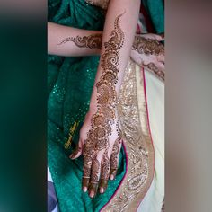 This stunning Bengali bride opted to go for finger-to-arm henna strips. I added extra detail to make the design more bridal but this kind of design is definitely perfect for the modern bride who wants bridal henna, but doesn't want to go too over the top.