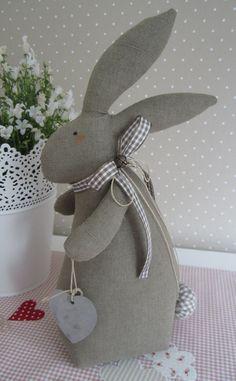 großer Osterhase mit Herz im Landhaus-Stil  von Feinerlei auf DaWanda.com Easter Toys, Easter Gift, Easter Bunny, Bunny Crafts, Easter Crafts, Holiday Crafts, Sewing Toys, Sewing Crafts, Quilting Projects