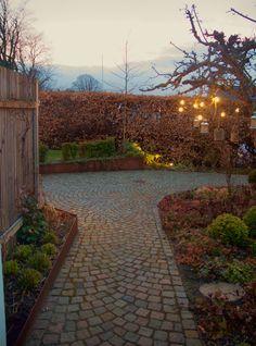 Rostig planteringskant och gatsten. Så snyggt Green Garden, Pavement, House Front, Garden Projects, Garden Inspiration, Outdoor Living, Sidewalk, Home And Garden, Backyard