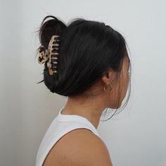 Claw Hair Clips, Hair Claw, Clip Hairstyles, Thick Hair Hairstyles, Casual Hairstyles, Wedding Hairstyles, Medium Fine Hair, Tortoise Shell Hair, Aesthetic Hair
