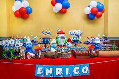 Os temas de festinhas dos anos 1980/90 voltaram à moda! Prova disso é o aniversário de Smurfs do Enrico! A Miss Sugar recriou a floresta dos Smufs na decoração, com troncos de árvores, musgos, cactos, 4th Birthday Parties, 2nd Birthday, Baby Boy Christening, Holidays And Events, Birthday Candles, Baby Kids, Snoopy, Sugar, Cross Stitch