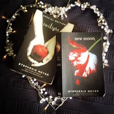 Two of my favs! Have read these awesome books numerous times  I lean toward Team Edward I love his intensity! #twilight #newmoon #stephaniemeyer #teamedward #teamjacob #igreads #instabook #favoritereads #booklover #bookstagram #books #twilightsaga #bibliophile #bookporn #bookwhore #bookcover by books.lyrics_and_leadingmen
