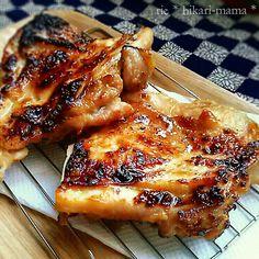 お節用に、昨日鶏肉と銀鱈を漬けておきました(*´◡`*)魚焼きグリルでこんがり焼いて美味い~♡ 甘口の鮭や、豚肉でも美味しいです♪ (レシピ) *銀鱈は明日焼くので、鶏肉のレシピです。 鶏肉2枚に銀鱈2枚分 味噌 200g 砂糖.酒 各50g 塩 少々 *鶏肉と銀鱈に軽く塩を振り30分おく。 *浮いてきた水分をペーパーで拭き取り、それぞれに味噌タレを塗りジップロック等に入れて冷蔵庫で半日~一晩。(魚は一晩~2日くらいおくと〇) *取り出し、ペーパーでギュッと味噌を軽く拭き取り、2~3分空焼きして温まった魚焼きグリルで焼いていく。 *皮を下にまず4分、返して皮がカリッとなるまで焼いたら完成。