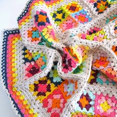 The (English) Crochet Pattern Colorful Granny Square Blanket is in the Color 'n Cream Shop. This is by far my longest tu. Crochet Afghans, Crochet Squares, Crochet Granny, Crochet Motif, Crochet Yarn, Crochet Stitches, Crochet Patterns, Crochet Blankets, Love Crochet