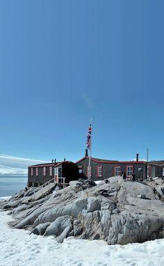 Base de Port Lockroy sur la petite île de #Goudier en #Antarctique. Port Lockroy base on the small island of Goudier in #Antarctica. #croisière #cruise #ponant ©Nathalie Michel http://www.ponant.com/Destinations/Antarctique