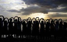 Estudiantes filipinos realizan el símbolo del corazón con la mano en una protesta en la bahía de Manila (Filipinas), contra la construcción de un complejo comercial privado. (EFE/VANGUARDIA LIBERAL)