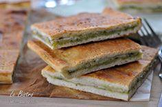 La Focaccia farcita con prosciutto, pesto e formaggio è una pietanza golosa e facilissima da preparare. Pochi ingredienti ed il gioco e fatto.
