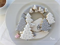 After two cookie tutorials in a row, I wanted to make something flat but with some easy added depth and dimension. So I decided to create a simple two-color winter cookie wreath, where the cookies are. Christmas Biscuits, Christmas Sugar Cookies, Holiday Cookies, Iced Sugar Cookies, Royal Icing Cookies, Cupcake Cookies, Easy Christmas Treats, Christmas Baking, Cookie Decorating