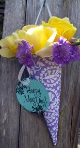 Welcome May! Do you remember May baskets? May Day, the first day of May, was celebrated by making up small baskets filled with f. Mothers Day Crafts, Crafts For Kids, May Day Baskets, Gift Baskets, Old Wallpaper, Happy May, Paper Cones, May Days, Paper Crafts