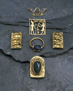 Gold finger-ring set with lapis lazuli scarab; name of Intef on base. Lapis lazuli gold - 17th Dynasty. Egypt, Thebes.