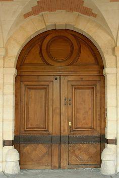 Place des Vosges, Paris, porte cochère à grand cadre du n° 13 - Hôtel Dyel des Hameaux — 1) Hôtel DYEL DES HAMEAUX: hôtel d'ANTOINE DE ROCHEBARON (1601-1669) construit vers 1630. Il appartint au DUC DE ROHAN-CHABOT à partir de 1680 et resta dans sa famille jusqu'à sa vente en 1764 à FRANCOIS PREVOST. L'ancien hôtel Dyel des Hameaux, sis 13 place des Vosges et 14 rue de Turenne, fait l'objet d'un classement eu titre des MH depuis 1920.