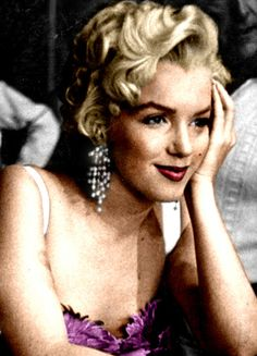 Marilyn Monroe looking beautiful, as always.