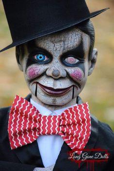 Sinister Ventriloquist Doll Omg love him Halloween Doll, Creepy Halloween, Halloween Cosplay, Halloween Costumes, Scary Dolls, Creepy Clown, Creepy Carnival, Halloween Contacts, Halloween Makeup