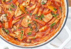 Paste cu pui şi ciuperci în sos de roşii