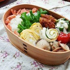 鮭はこう入れるといいですね!勉強になります。色使いも素敵。 Bento Ideas, Bento Recipes, Lunch Ideas, Japanese Lunch Box, Japanese Food, Bento Box, Food For Thought, Potato Salad, Asian