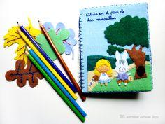 Libreta de Alicia en el Pais de las maravillas. Mmel. Diy Notebook, Felt Crafts, Coin Purse, Alice, Notebooks, Hand Made Gifts, Mobile Cases, Wonderland, Hair Bows