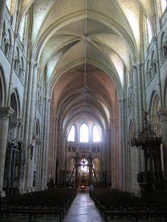 Interior de la catedral de Seins en Borgoña