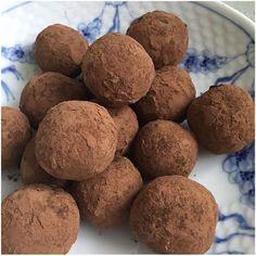 Nutellakugler.... Er de lavet på nutella? NEJdet er de ikke. Men de smager alligevel lidt hen af nutella, da de er lavet på bagte hasselnødder og kakao. De er virkelig nemme at lave og er kun lavet på 5 ingredienser, så du vil sagtens gå i køkkenet med dine børn og lave dem:-) 15-20 st....