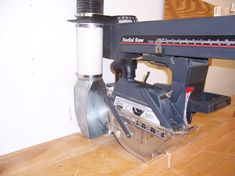 Homemade radial saw dust scoop constructed from metal, plastic pipe, and flex hose. Radial Arm Saw Table, Craftsman Sheds, Work Shop Building, Shop Dust Collection, Bird House Feeder, Shop Class, Dust Collector, Miter Saw, Wood Tools