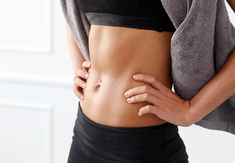 You do not have to bother to make an infinite number of sit-ups to get a flat stomach. Actually, we found the easiest exercise to achieve a flat stomach, and the best is that fitness experts say is more effective than sit-ups. Body Fitness, Fitness Diet, Health Fitness, Women's Health, Health Tips, Workout Fitness, Stomach Vacuum, Flat Stomach, Flat Belly
