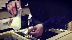 A aplicação de folha é uma das técnicas usadas pelos nossos artesãos. Assim nascem as peças únicas que poderá encontrar na Jetclass.   https://www.facebook.com/jetclass/videos/1457981640891037/  The leaf application is one of the techniques used by our artisans. That's how the unique pieces you'll find at Jetclass are born.   https://www.facebook.com/jetclass/videos/1457981640891037/  #ouro #acabamento #customização #personalização #mobiliário #luxo #leaf #goldenleaf #silverleaf #custommade
