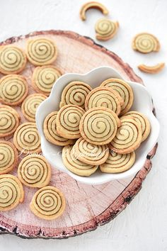 Recipe for cinnamon bun cookies. Crunchy small cookies in a decorative snail shape with cinnamon and sugar filling. Delicious aromatic quick and easy to prepare. The post Cinnamon Roll Cookies Recipe appeared first on Win Dessert. Cinnamon Roll Cookies, Cinnamon Rolls, Homemade Chocolate, Chocolate Recipes, Cookies Receta, Chocolate Cake From Scratch, Cookie Recipes, Dessert Recipes, Thanksgiving Cakes