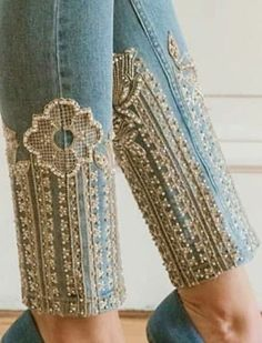 Stylish jeans Moda Hippie Chic, Hippy Chic, Denim Fashion, Fashion Pants, Fashion Dresses, Beaded Embroidery, Hand Embroidery, Embroidery Designs, Embellished Jeans