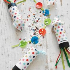 These DIY confetti popper party invites are cute, inexpensive and easy to make. Great for outdoor fun for the kids