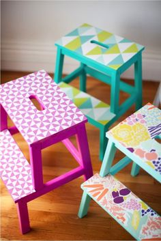 DIY: Colorful Patterned Stool: A bit of wallpaper and some paint will have this plain Ikea stool looking gorgeous, fun and colorful | Taburete de cocina colorido y estampado: Un poco de papel tapiz y un poco de pintura le da a este taburete de Ikea esa apariencia divertida y colorida.