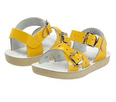 דגם ה- Sweetheart - צהוב סנדלי ילדים סולטוואטר saltwater sandals for kids הלהיט של הקיץ- ויש לנו 4 סיבות למה: נוחות והתאמה לכף הרגל, עור רך ונעים לעור הקטנטנים, הדבקה כפולה של הרצועות לאחיזה חזקה ועיצוב משגע בשלל צבעים!