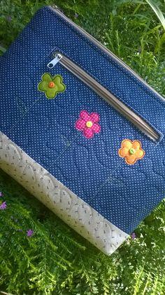 Este é um pap bem fácil de uma pasta nécessaire ou capa que pode ser utilizado de várias formas, como por exemplo: como porta caderno universitário, guardar ...