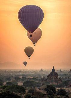 Vol en montgolfière au dessus des temples de Bagan en Birmanie