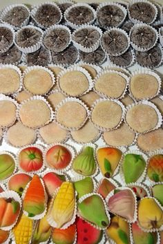 Go out and eat a marzipan sweet at the Algarve . Algarve, Portuguese Desserts, Portuguese Recipes, Portuguese Food, Portugal, Marzipan, Traditional Cakes, Almond Cakes, Great Restaurants