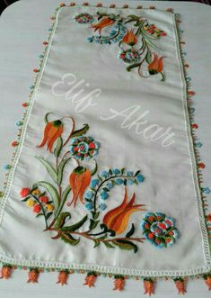 Very attractive tablecloth with a lovely hand made embroidered crown of flowers Hand Embroidery Dress, Modern Embroidery, Hand Embroidery Patterns, Easy Crochet Patterns, Embroidery Stitches, Embroidery Designs, Brother Innovis, Bordado Floral, Yarn Shop
