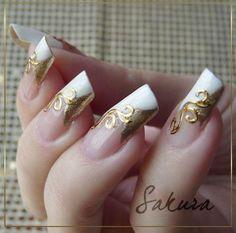 decoracion de uñas largas blanco con dorado