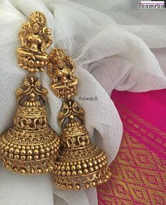 Jewelry Earrings Wedding earrings for brides - Looking for wedding earrings designs? Here are our picks of 21 best wedding earrings designs and where you can shop them online! Gold Jhumka Earrings, Indian Jewelry Earrings, Jewelry Design Earrings, Gold Earrings Designs, Antique Earrings, Designer Earrings, Necklace Designs, Bridal Jewelry, Jhumka Designs