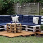 Regarding this we have most adorable and cool ideas of outdoor pallet bars. Now you should take a look on these blossom ideas of pallet bars. Recycled Pallet Furniture, Diy Pallet Bed, Outdoor Furniture Plans, Pallet Chair, Outdoor Pallet Bar, Outdoor Sofa, Outdoor Decor, Furniture Making, Home Furniture