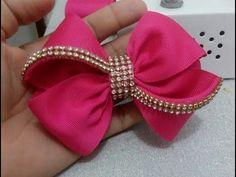 Meninas, esse é laço simples feito na fita de gorgurão n°12 Medidas e materiais: 2x 33cm de fita n°12 ( para o laço) 1x 9cm de fita n° 12 (acabamento) 2× 7cm... Diy Hair Bows, Diy Bow, Diy Ribbon, Ribbon Crafts, Ribbon Bows, Ribbons, Kanzashi Tutorial, Hair Bow Tutorial, Tutorial Diy
