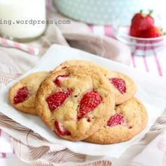 Crisp cookies with fresh strawberries