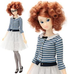 「PW-momoko ae <F.L.C.>」 内容:PW-momoko本体、ワンピース、リブニットタイツ、眼鏡、ストラップパンプス(靴底赤)。 仕様詳細:ブルーの瞳の横目(上マツゲなし)、ペールカーキのアイシャドウ、ホワイトパールの目頭ハイライト、そばかす、クリアピンクのきまじめリップ。前髪をタイトにまとめた赤茶髪のカーリーヘア。色白肌にクリアピンクのネイル。
