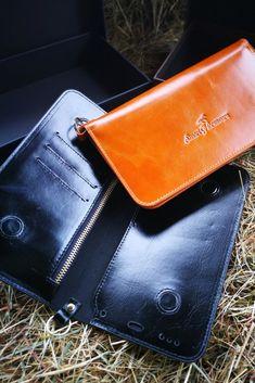 Unsere Handytasche ist ein unverzichtbares Zubehör für alle Reiter, die sicher im Gelände unterwegs sein wollen und löst das Problem, dass man keinen Platz hat, sein Handy beim Reiten und im Stall sicher und jederzeit griffbereit zu verstauen. In braun oder schwarz passt die Tasche zu jedem stylischen Outfit und ist das perfekte Accessoire für deinen Look.  Die Tasche wird in einer schicken Schachtel angeliefert und ist damit das ideale Geschenk für Reiterinnen und Reiter. Card Case, Wallet, Outfit, Cards, Fashion, Accessories, Show Jumping, Dressage, Brown