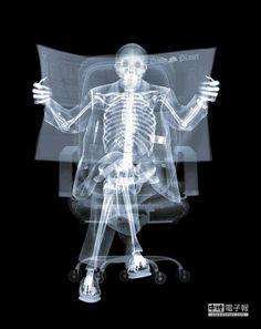 透視之美英國藝術家尼克.文西以X光創作的影像《Vespa》、《Newspaper Man》和《Bride & Groom》。(Bluerider ART藝術空間提供)