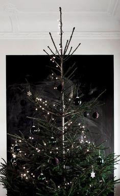 48 Awesome Black Christmas Tree Decor Ideas - My Design Fulltimetraveler Black Christmas Trees, Noel Christmas, Beautiful Christmas, Winter Christmas, All Things Christmas, Xmas Tree, Minimalist Christmas Tree, Modern Christmas, Minimal Christmas
