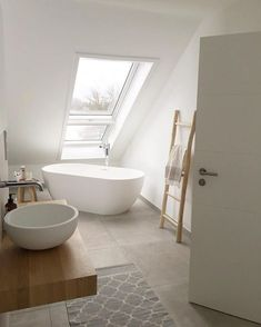 Badezimmer, modern, Holz und weiß, Leiter Handtücher