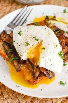 Perfectly Poached Eggs over Garlic Mushrooms with Crispy Whole Wheat Toast a perfect start to your day. Vegetarian, Slimming World and Weight Watchers friendly   www.slimmingeats.com