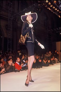 Ines de la Fressange at Chanel 1987 Spring/Summer Collection Fashion Show. Chanel Fashion, Vogue Fashion, Star Fashion, 90s Fashion, Paris Fashion, Fashion Show, Vintage Fashion, Chanel Outfit, Fashion History