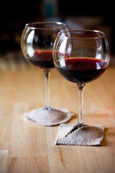 Burlap wine coasters - could be done with other material and as an updated, casual, fun take on wine glass charms if initialed or with a different color for guests Fabric Coasters, Glass Coasters, Carafe, Wine Craft, Wine Tags, Wine Glass Charms, Green Gifts, Hostess Gifts, Wine Recipes
