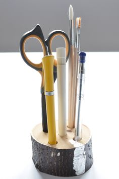 Podstawka na długopisy. Design z naturalnego drewna, Srebrne płatki. Biurko, regał, półka.